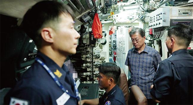 2017년 진해해군기지를 찾아 안중근함에 승선한 문재인 대통령. photo 청와대