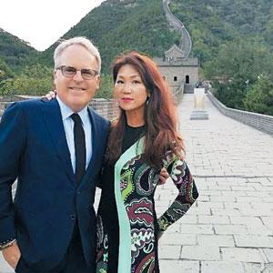 지난 9월 중국 만리장성에 간 와인평론가 제임스 서클링과 그의 아내 마리.