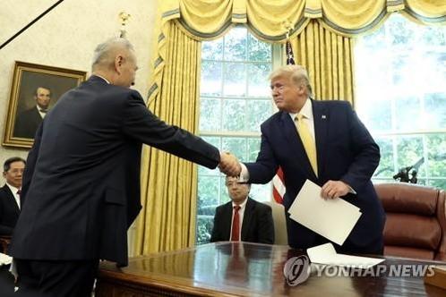 류허 중국 부총리를 만난 트럼프 미국 대통령. /AP연합뉴스