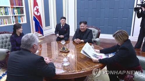 작년 11월6일 노동당 집무실서 쿠바 지도자 면담하는 김정은. /연합뉴스