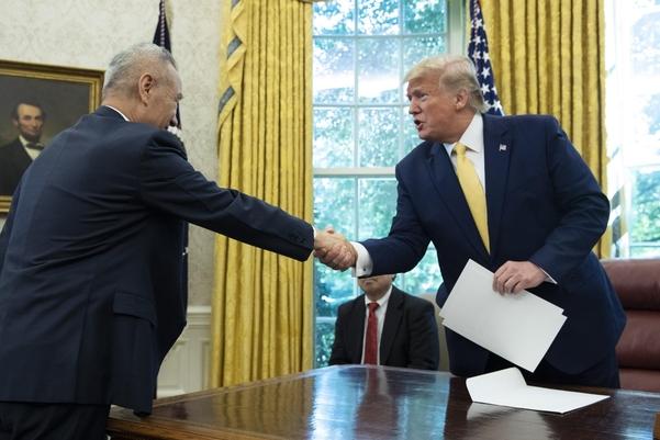 11일(현지 시각) 도널드 트럼프(오른쪽) 미국 대통령과 류허(劉鶴) 중국 부총리가 백악관 대통령 집무실에서 악수를 나누고 있다./AP