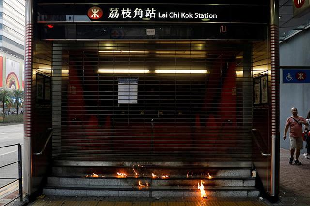 화염병으로 불이 붙은 홍콩의 한 지하철역 입구 /로이터=연합뉴스
