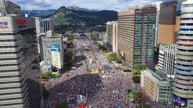 10월 3일 오후 서울 광화문광장 일대가 문재인 정권 퇴진과 조국 법무부 장관 사퇴를 촉구하는 집회 참가자로 가득 차 있다. /이진한 기자