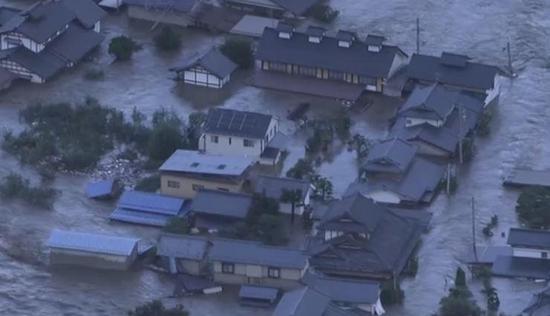 13일 나가노현에서 폭우로 강물이 범람해 주택들이 침수 피해를 입었다. /NHK