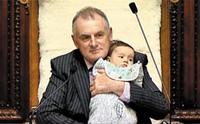 백일도 안된 아기가 국회의사당에 앉았다