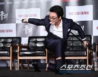 [포토] 김인권 '무공 실력이 이 정도랍니다'