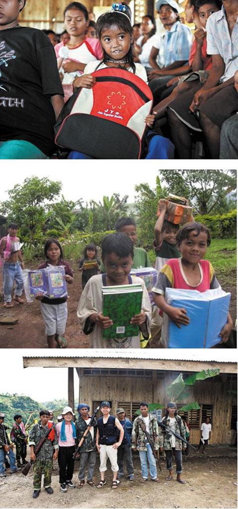 이원주는 기술자, 자원봉사자, 원주민과 함께 계속해서 민다나오에 학교를 지었다. 그는 아이들에게 책가방과 학용품 그리고'내일'을 줬다(사진 위₩가운데). 로켓포와 기관총으로 무장한 민다나오의 반군들은 그를 가족처럼 맞았다. / 사진작가 김진수