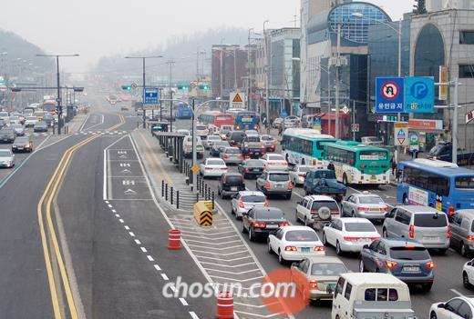 천호~하남간 BRT 개통 전 상일초교 앞 도로가 정체되고 있다.
