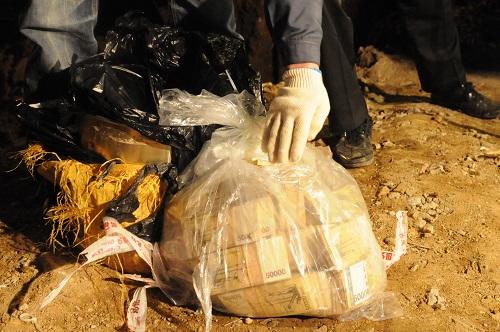 10일 오후 전북 김제시 금구면의 한 밭에서 수억원의 돈 뭉치가 발견되고 있다./뉴시스