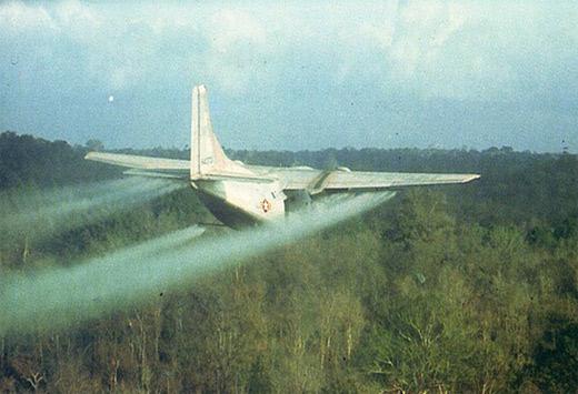 고엽제를 살포하고 있는 사진 /베코싸이트 캡처