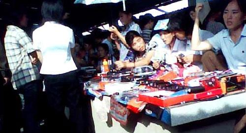 ▲ (자료)북한 시장에서 상인들이 좌판에 상품들을 잔뜩 쌓아놓고 장사를 하고 있다. /조선일보DB