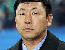 사진은 남아공 월드컵에서 3게임을 전패한 김정훈 대표팀 감독의 모습./조선일보DB