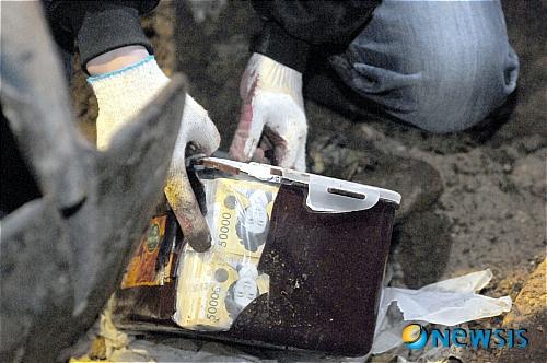 깨진 김치통속 5만원권 돈 발견