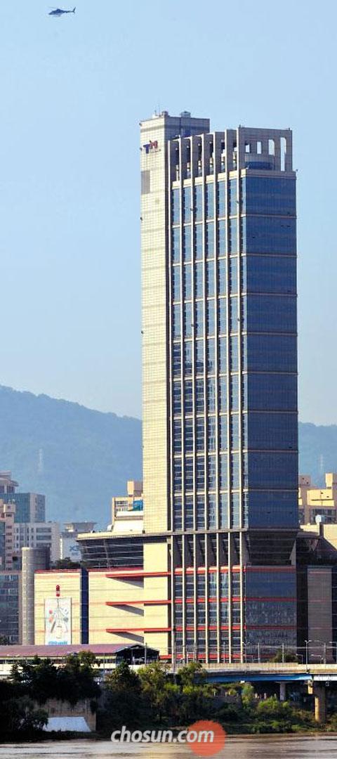 全입주민에 3일간 퇴거명령… 5일 오전 위아래로 10여분간 흔들려 입주민과 방문객 500여명이 대피한 서울 광진구 구의동 테크노마트 건물 모습. 지상 39층 높이의 이 건물은 1998년 철골 구조로 지어져 진도 7.0 이상의 지진에도 견디도록 설계돼 있지만, 이날 원인 모를 진동으로 대소동이 벌어졌다. 서울 광진구청은 테크노마트 건물 전체 입주민에게 3일간 퇴거명령을 내리고 정밀 안전진단에 들어갔다. /전기병 기자 gibong@chosun.com