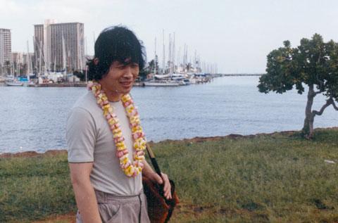 1986년 하와이 공연을 간 송창식이 호놀룰루의 한 공원을 걷고 있다. /윤형주 제공
