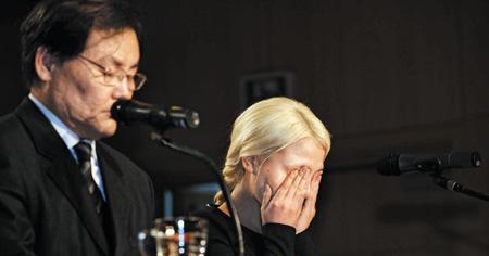 """27세 미혼 딸이 아버지와 함께 대중 앞에 서서 네티즌의 오해를 풀겠다며""""나는 성폭행 피해자""""임을 공개했다. 16일 서울 상명아트센터에서 기자회견을 하며 울고 있는 가수 알리(오른쪽)와 아버지 조모씨. /뉴시스"""