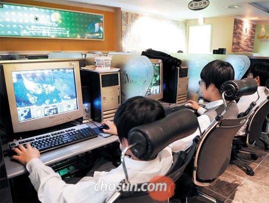 서울시내 PC방에서 게임을 하고 있는 초등학생들. PC방은 밤 10시 이후 청소년 출입을 금지하도록 법으로 규정돼 있으나 지켜지지 않는 곳이 많다. /최순호 기자 choish@chosun.com