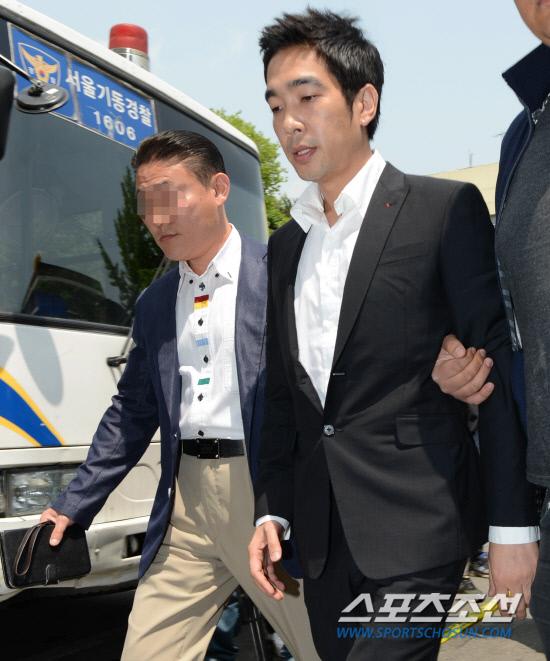 성폭행 혐의를 받고 있는 가수 겸 방송인 고영욱이 15일 오후 조사를 받기 위해 경찰에 출석있다. 경찰에 의해 재소환된 고영욱은 오후 1시 40분에 서울 용산경찰서 강력2팀에 자진 출두했다. 고영욱은 이날 고개를 숙이고 착잡한 표정으로 '물의를 일으켜서 죄송하다'고 말한 뒤 경찰서로 들어갔다. 최문영 기자 deer@sportschosun.com