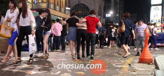 3일 연휴가 시작되던 지난 25일 밤 서울 지하철 2호선 강남역 일대 유흥가 한복판에서 한 여성이 술에 만취해 몸도 가누지 못한 채 친구들에게 끌려가듯 걷고 있다. 26일 새벽 1시쯤이 되자 강남대로를 걷던 700여명 중 만취해 소리를 지르거나 비틀거리는 취객만 150명이 넘었다. 본지 사회부 기자 14명은 주변 사람과 경찰에게 행패를 부리고 서민 생활에 피해를 주는 취객들의 실태를 점검하기 위해 25일 밤과 26일 새벽 서울 시내 14개 지구대와 신촌, 홍대 앞, 강남역 등 유흥가를 직접 둘러봤다. 이날 밤 서울 시내에서만 술 취한 사람들이 소란을 피우거나 폭행을 한다는 신고가 617건 접수됐다. /이진한 기자 magnum91@chosun.com