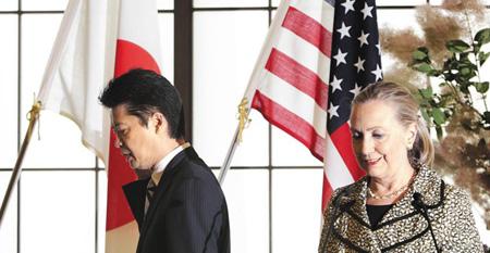 美 국무·日 외상 대립 힐러리 클린턴 미국 국무장관(오른쪽)과 겐바 고이치로 일본 외상이 지난 8일 도쿄에서 공동 기자회견을 가진 뒤 회견장을 떠나고 있다. 양국은 클린턴 장관이 언급한 '일본군 성노예' 표현 문제로 갈등을 겪고 있다./로이터·뉴시스