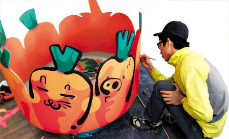'아코아'의 청년 작가들은 물탱크를 잘라 그림을 그린 후, 텃밭으로 만드는 작업을 한다. / 아코아 제공