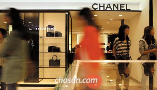 12일 오전 서울에 있는 한 샤넬 매장. 평일 오전인데도 명품 가방을 사러 매장을 찾는 사람들의 발길이 이어졌다. /채승우 기자 rainman@chosun.com