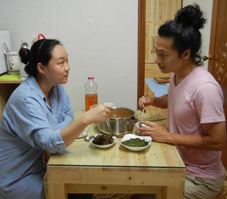 13일 저녁 신혼집인 서울 중곡동 다세대주택에서 조인철(38)·김민혜(26)씨 부부가 저녁식사를 하며 이야기를 나누고 있다. 조씨 부부는 부모의 도움 없이 자신들의 힘으로 8000만원짜리 전셋집을 마련했고, 조씨가 총각 때 쓰던 가전제품 등 물건들을 그대로 신혼집에 가져와 사용하고 있다. /조인철씨 제공