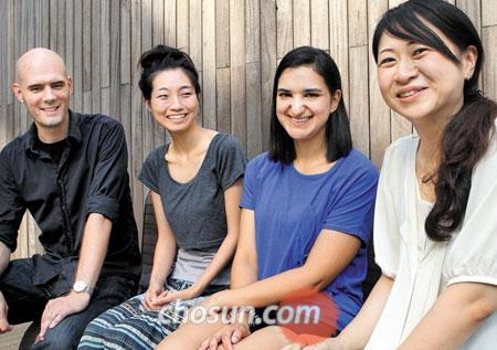 한국인 배우자를 맞이해 우리나라에서 살고 있는 외국인들이 모여 한국의 결혼문화에 대해 이야기를 나눴다. 왼쪽부터 요한 앤더(스웨덴·30)·박애란씨 부부, 나자트 시페르(프랑스·28)씨, 이시하라 유키코(일본·36)씨. /이덕훈 기자 leedh@chosun.com