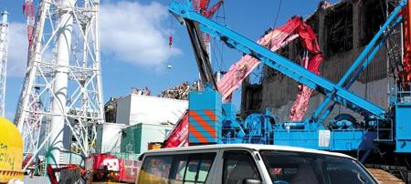 12일 방사능 누출 사고 19개월 만에 찾은 일본 후쿠시마(福島) 원전과 그 일대는 '유령마을'처럼 변해 있었다. 사진 왼편 3호기 원자로 건물은 당시 폭발로 철근이 엿가락처럼 휘어져 있었고, 오른편 크레인 너머 4호기는 지붕이 날아간 채 원자로 벽이 무너지고 철근이 드러나 있었다. 원전에선 여전히 방사성물질이 새어 나와 원전 외부에만 제한적으로 접근할 수 있었다. /공동취재단