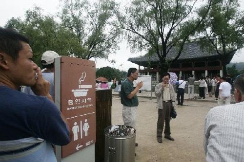 2006년 7월 28일 경복궁 경회루 앞 흡연구역에서 관람객들이 담배를 피우고 있다./사진=조선일보DB