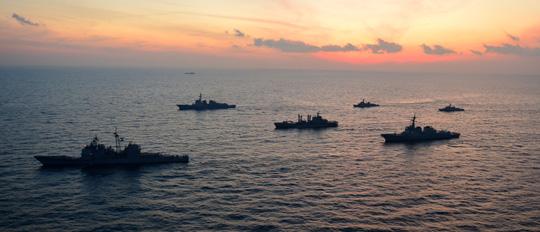韓美, 동해에서 내일까지 훈련 - 미국의 이지스 순양함'샤일로함'(9800t급·맨 왼쪽)과 우리나라의 이지스함인 세종대왕함(6700t급), 율곡 이이함 등 한₩미 함정들이 4일 동해에서 한·미 연합 해상 훈련을 하고 있다. 미국에선 북한 전 지역을 타격할 수 있는 토마호크 미사일로 무장한 원자력 추진 잠수함'샌프란시스코함'(6700t급)도 참여했다. 이번 해상 훈련은 북한의 3차 핵실험 준비와 추가 도발 가능성에 대한'무력시위'로 6일까지 실시된다. /합동참모본부 제공