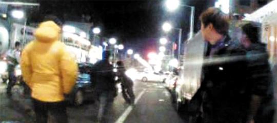 """지난 3일 0시쯤 """"총소리가 들렸다""""는 신고를 받고 출동한 경찰과 가로막는 시민 3명을 밀어내고 도주하는 주한미군의 차량 모습. /서울지방경찰청 제공"""