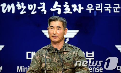 김용현 합참작전부장이 6일 오후 서울 용산 국방부 브리핑룸에서 북한이 정전협정을 백지화하고 판문점 대표부 활동을 중지하겠다고 밝힌 것과 관련해 우리 군의 입장을 발표하고 있다. 군은 북한이 우리 국민의 생명과 안전을 위협하는 도발을 감행한다면 도발원점과 도발지원세력은 물론, 그 지휘세력까지 강력하고 단호하게 응징할 것이라고 밝혔다. 북한 조선인민군 최고사령부는 전날 대변인 성명을 통해 북한 3차 핵실험에 대한 유엔 안전보장이사회의 대북 제재 움직임과 한미 합동 군사 훈련을 이유로 정전협정을 백지화하고 판문점 대표부 활동을 중지하겠다고 밝혔다. 2013.3.6/뉴스1