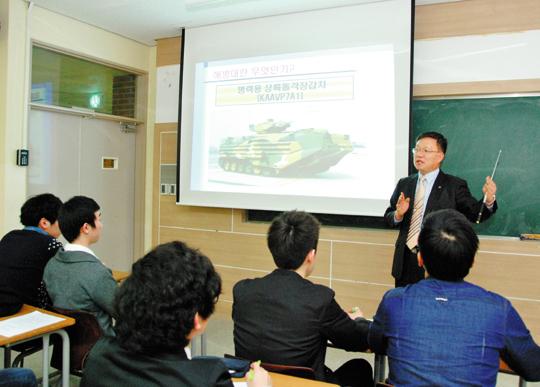 지난 13일 열린 '군사학개론' 수업 현장 모습. 이표규 교수가 무기 체계에 대해 설명하고 있다. / 단국대 제공