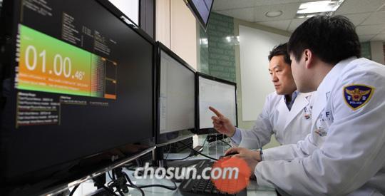경찰청, 전산망 피해 조사 - 21일 서울 경찰청 사이버테러 대응센터 연구원들이 전날 해킹으로 인한 전산망 피해를 조사하고 있다. 북한의 소행으로 추정되는 20일 사이버 테러로 KBS, MBC, YTN 등 방송사와 일부 금융사들의 전산망이 일시 마비됐다. /오종찬 기자