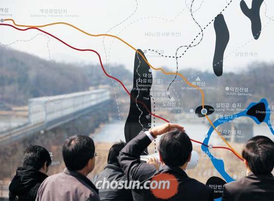 31일 경기도 파주 임진각을 찾은 관광객들이 전망대의 통유리판으로 북쪽을 바라보고 있다. 유리판에 북측 주요 지명과 위치가 그려져 있다. /채승우 기자