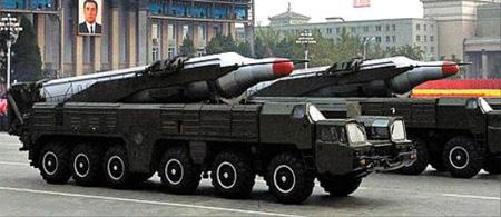 북한은 최근 미국 괌까지 사정권에 넣을 수 있는 무수단 탄도미사일을 열차에 실어 동해 쪽으로 이동시켰다. 사진은 이동식 발사대에 실린 무수단 미사일. /AP 뉴시스