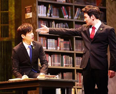 배우 유준상(왼쪽)이 대통령 경호실 부장으로 나오는'그날들'.