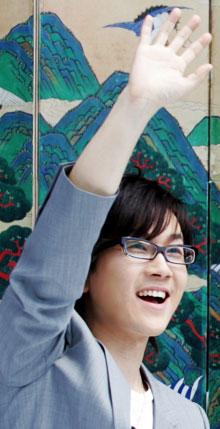 2008년 영국 로열 필하모닉 오케스트라와의 합동 공연을 앞두고 기자회견장에서 활짝 웃고 있는 서태지.
