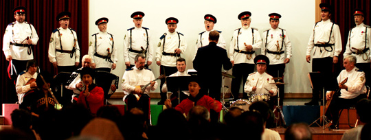 지난달 23일 양평군 서종면 서종중 강당에서 주민들이 돈 코작 합창단과 캅카스 댄스 앙상블의 공연을 보고 있다. 서종의 131번째'우리 동네 음악회'였다