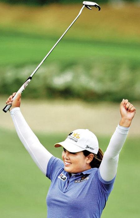 박인비가 4라운드 18번홀 그린에서 챔피언 퍼트에 성공한 뒤 기뻐하는 모습.