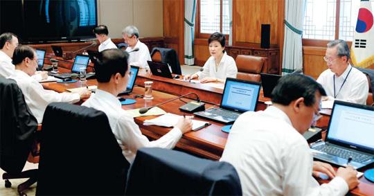 박근혜 대통령이 12일 청와대에서 열린 수석비서관회의에서 모두 발언을 하고 있다. 박 대통령은 정부의 내년도 세제 개편안에 대해 '원점 재검토'를 지시했다