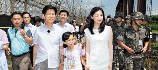 13일 경기도의 'DMZ 평화대사'로 위촉된 배우 이영애(오른쪽)씨가 김문수(왼쪽에서 둘째) 경기지사와 함께 연천 지역의 철책선을 둘러보고 있다