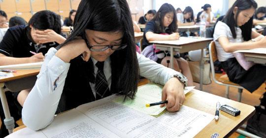 지난 6월 대전 유성구 노은고등학교에서 이 학교 3학년 학생들이 수능 모의 평가 시험을 치르고 있다.