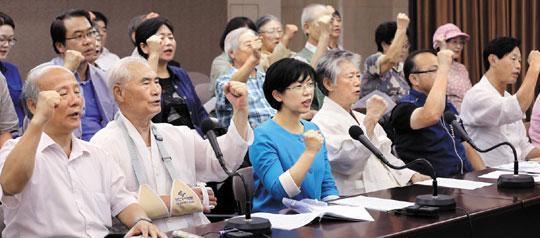 통합진보당과 좌파 단체 관계자들이 29일 서울 프레스센터에서 내란 음모 의혹 사건을 수사 중인 국정원을 규탄하는 기자회견을 하고 있다.