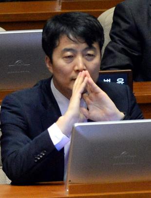 2일 오후 정기국회 본회의 개원식이 열린 서울 여의도 국회 본회의장에서 통합진보당 이석기 의원이 자신의 체포동의안 상정을 앞두고 생각에 잠겨 있다./출처= 뉴시스