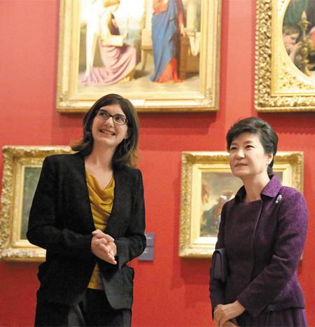 오르세미술관 방문한 朴대통령… 프랑스를 방문 중인 박근혜 대통령이 3일(현지 시각) 파리 시내 오르세미술관을 방문, 클레르 베르나르디(왼쪽) 큐레이터로부터 작품 설명을 듣고 있다