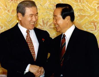 1992년 12월 21일 청와대를 예방한 김영삼 당선자와 노태우 대통령이 반갑게 인사를 나누고 있다. 대선 과정에서 두 사람은 줄다리기를 거듭했다.