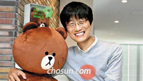 이해진 네이버 의장이 일본 도쿄 시부야의 고층 복합시설'히카리에'에 있는 라인 사무실에서 모바일 메신저 라인을 통해 메시지를 주고받을 때 감정·기분을 묘사하는 데 활용하는 곰 캐릭터인'브라운'을 끌어안고 활짝 웃고 있다.