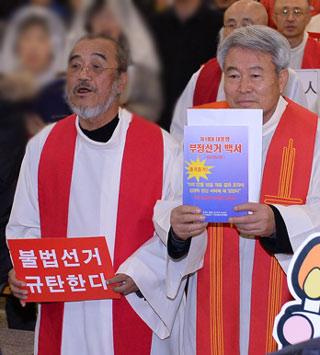 2013년 11월 22일 전북 군산시 수송동 성당에서 열린 시국미사 때 박창신 신부 <18대 대통령 부정선거 백서>를 들고 입장하고 있다.